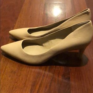 Banana republic nude leather 2 in heels - size 8.5